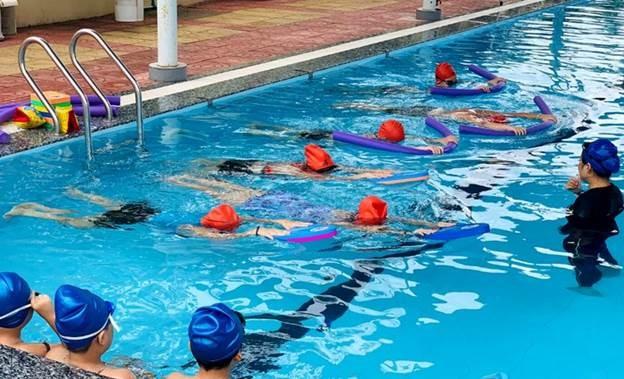 Các em nhỏ trong chương trình được thực hành những thao tác an toàn.
