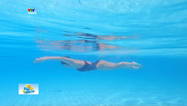 Kình ngư Ánh Viên hướng dẫn kỹ thuật bơi an toàn. Ảnh: cắt từ video clip.