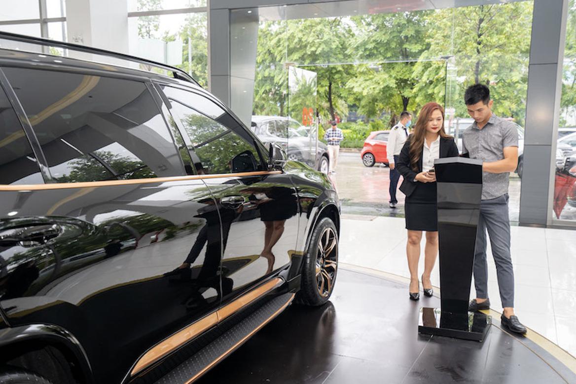 Khách mua xe tìm hiểu về thông tin về màu sơn của VinFast President thông qua màn hình thông tin đặt tại Showroom VinFast tại Hà Nội.