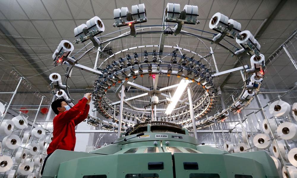 Một nhà máy dệt ở thành phố Thanh Đảo, tỉnh Sơn Đông, Trung Quốc. Ảnh: Reuters.