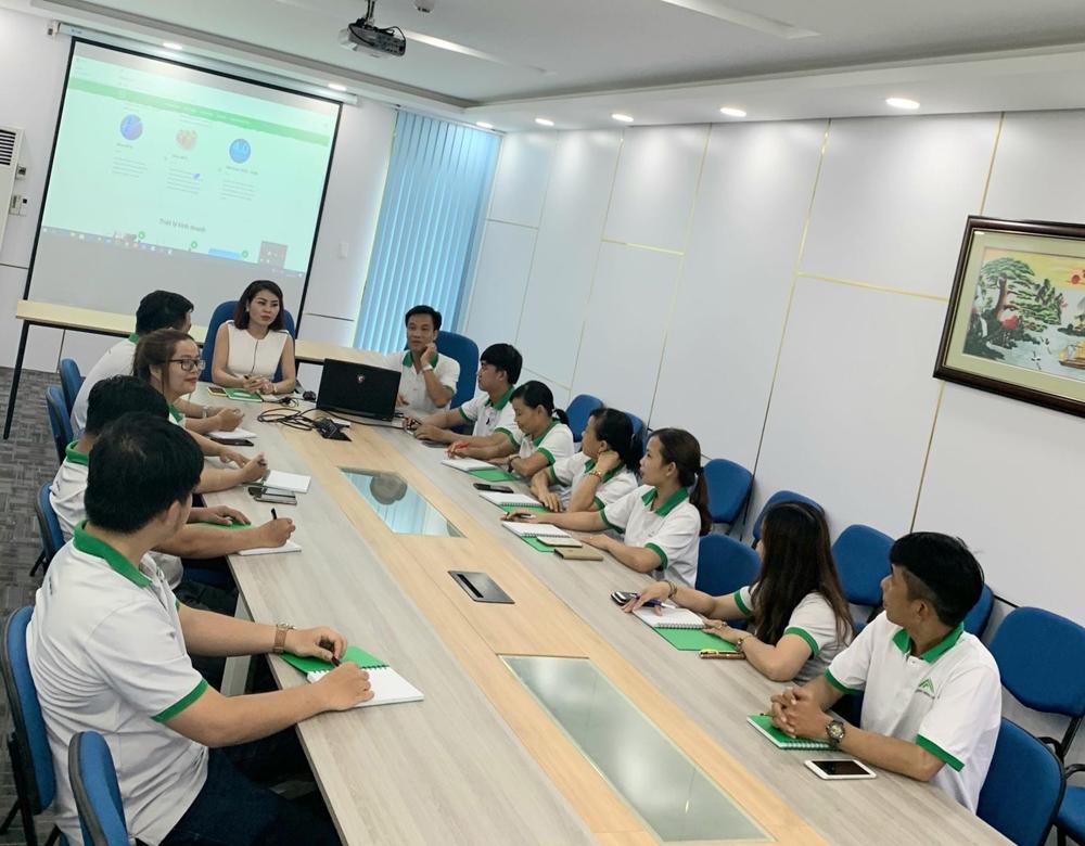 Chị Nguyễn Thanh Mai trong buổi hợp chiến lược kinh doanh cùng các nhân viên của công ty.
