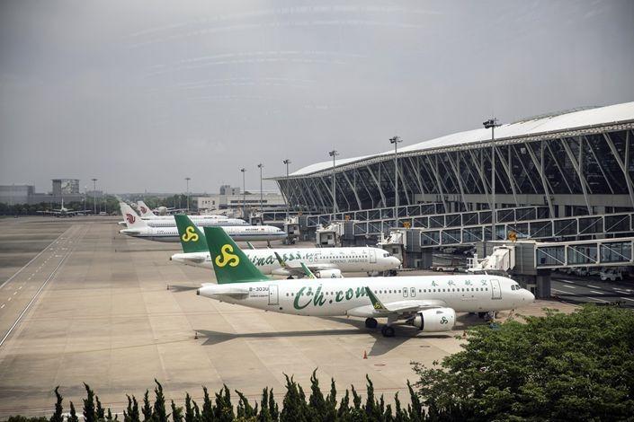Máy bay của Spring Airlines, Cathay Pacific đỗ ở Sân bay quốc tế Pudong, Thượng Hải ngày 8/6. Ảnh: Bloomberg