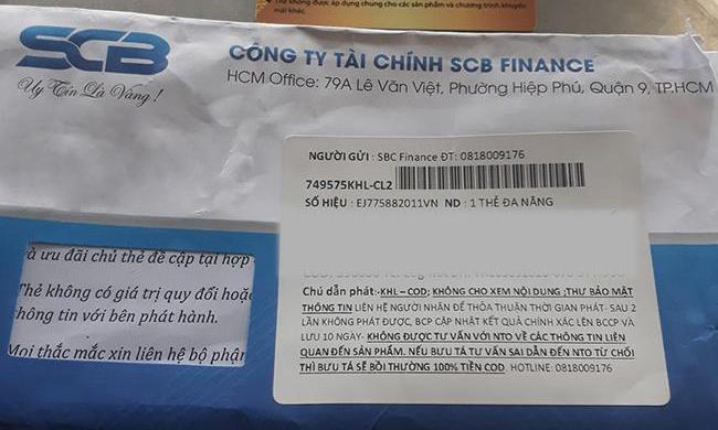 Phong bì chứa thẻ giả được gửi qua đường bưu diện tới khách hàng. Ảnh: SCB.