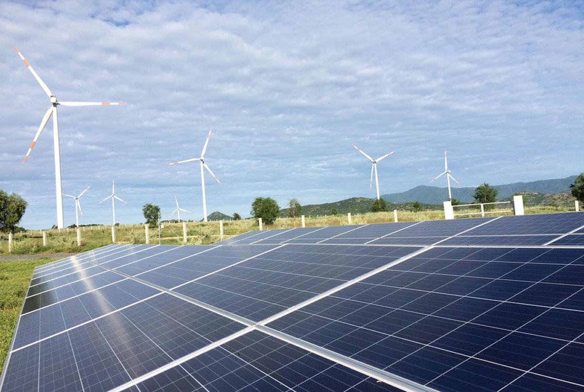 Một dự án điện mặt trời, điện gió tại Bình Thuận. Ảnh: Trần Trung.