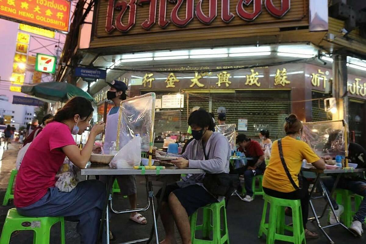 Một khu ăn uống bình dân ở đường Yaowarat, Bangkok. Ảnh: Bangkok Post.