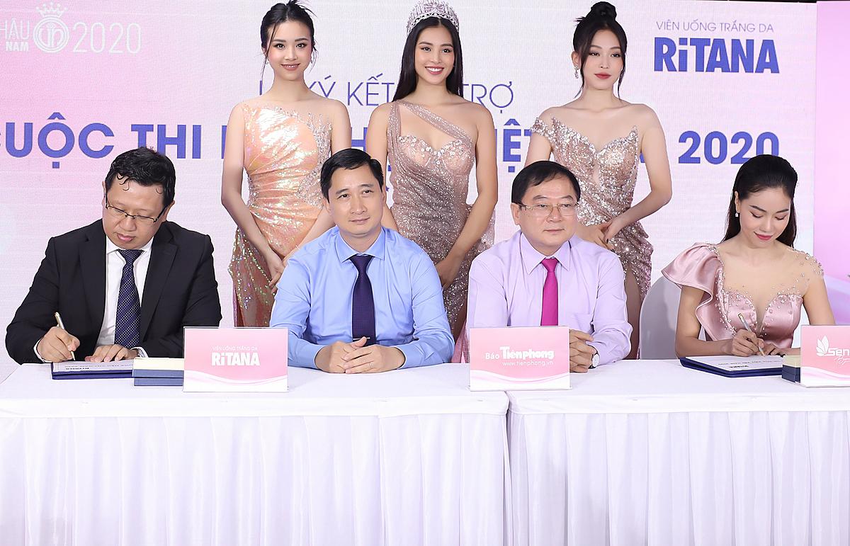 Đại diện thương hiệu RiTANA và ban tổ chức Hoa hâu Việt Nam 2020 cùng các đại sứ thương hiệu tại lễ ký hợp tác. Ảnh: RiTANA.