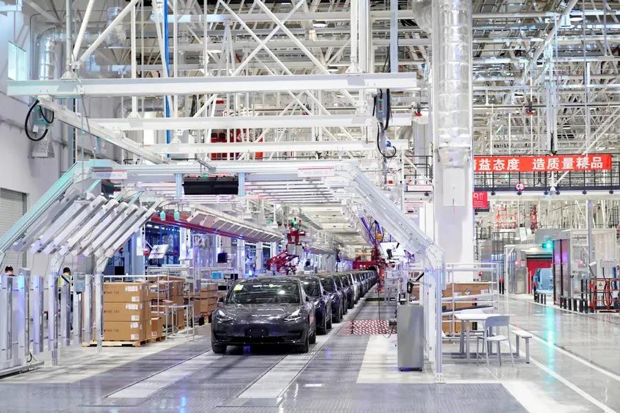 Bên trong nhà máy Tesla tại Thượng Hải. Ảnh: Reuters