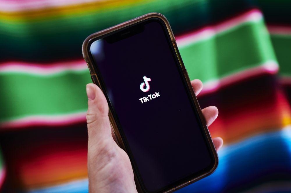 Ứng dụng video ngắn TikTok trên smartphone một người dùng tại Mỹ. Ảnh: Bloomberg