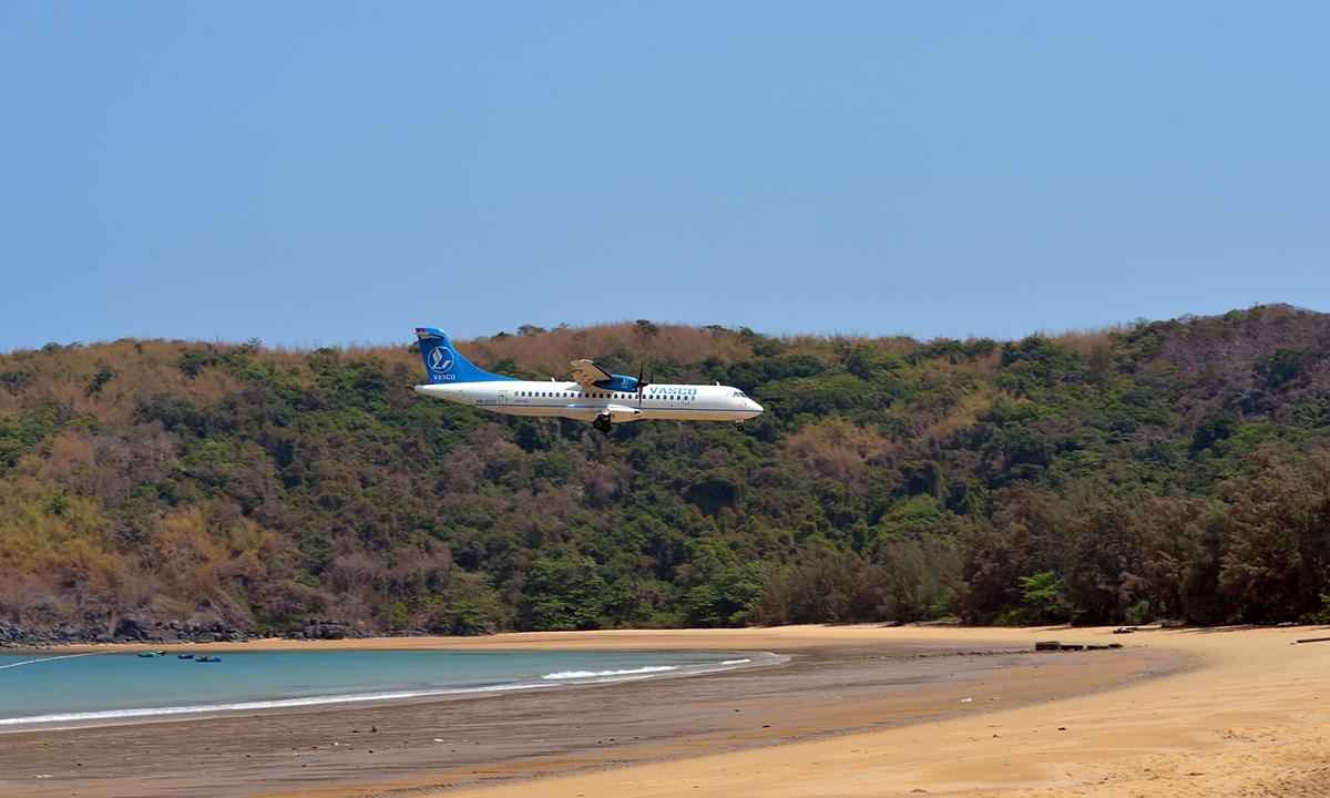 Máy bay ATR-72 của VASCO chuẩn bị hạ cánh tại Côn Đảo. Ảnh: Hoàng Anh.