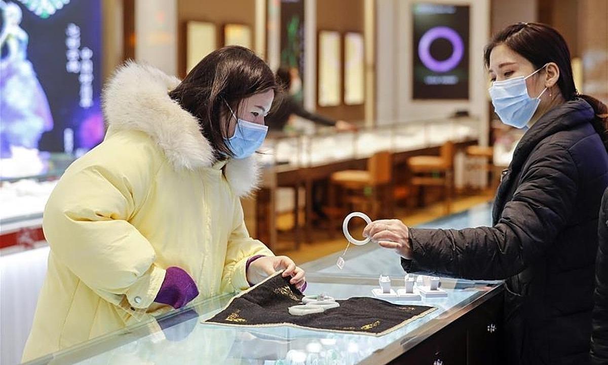 Khách hàng xem mua vòng đeo tay ở mộ trung tâm thương mại ở Vũ Hán, Hồ Bắc. Ảnh: Xinhua
