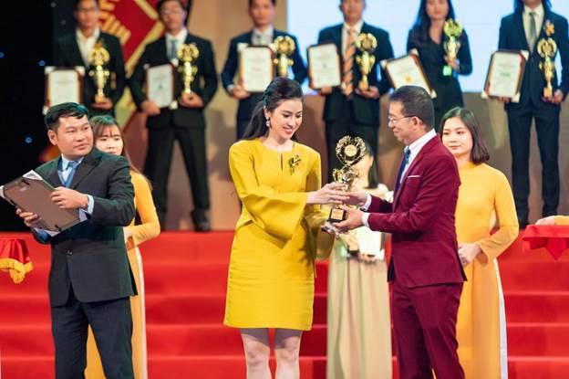 CEO Thủy Phạm nhận giải thưởng trong lễ trao giải....
