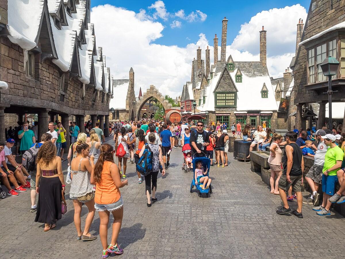 Đông đảo du khách tham quan công viên chủ đề Harry Potter của Universal tại Orlando, Mỹ trước dịch. Ảnh: Kamira.