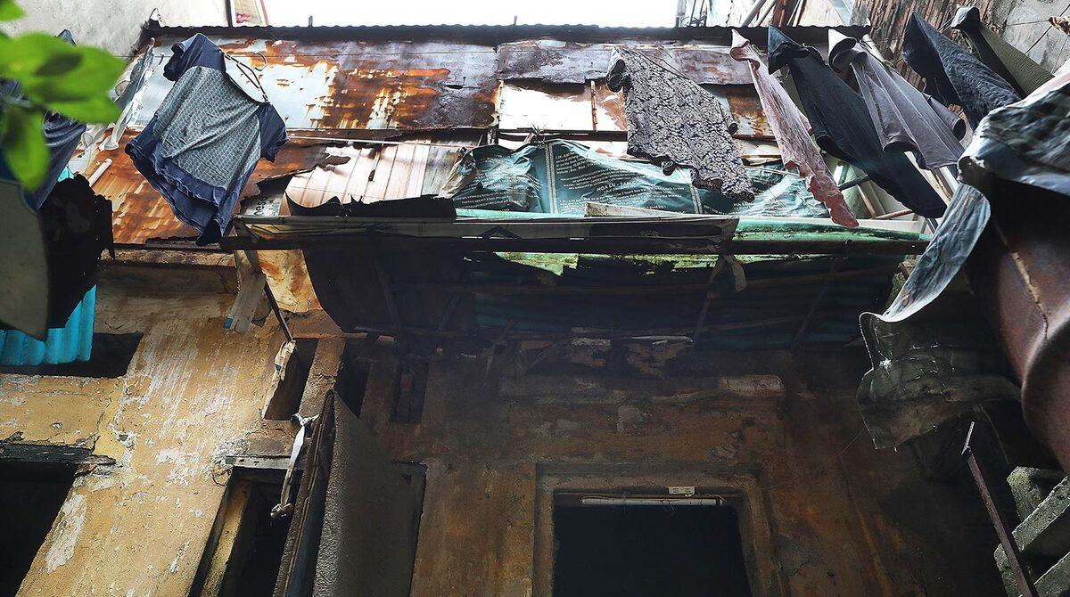 Một căn nhà cũ nát trên phố Hàng Bạc, Hoàn Kiếm, Hà Nội.