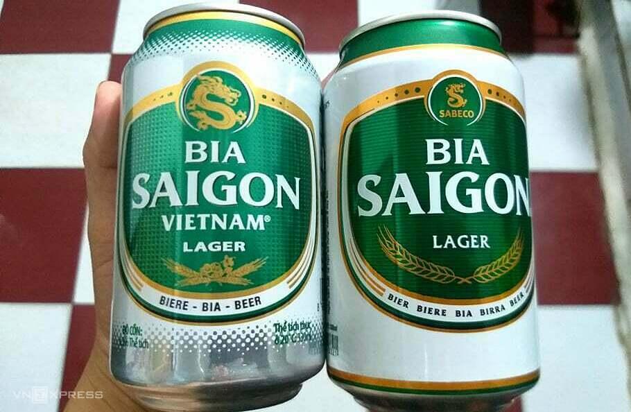 Sản phẩm Bia Saigon Vietnam (bên trái) và Bia Saigon của Sabeco. Nhiều cơ sở bán hàng cho biết, không phân biệt được vì mẫu mã và kiểu dáng quá giống nhau. Ảnh: Thi Hà.