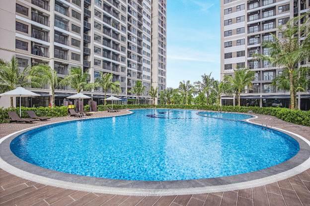 Bể bơi miễn phí ngoài trời dưới chân tòa căn hộ.