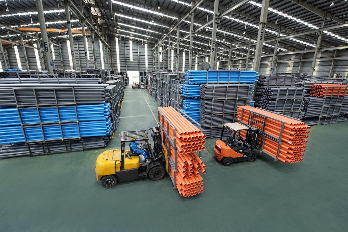 Sản xuất ống nhựa tại Nhà máy Hoa Sen. Ảnh: Phương Đông.