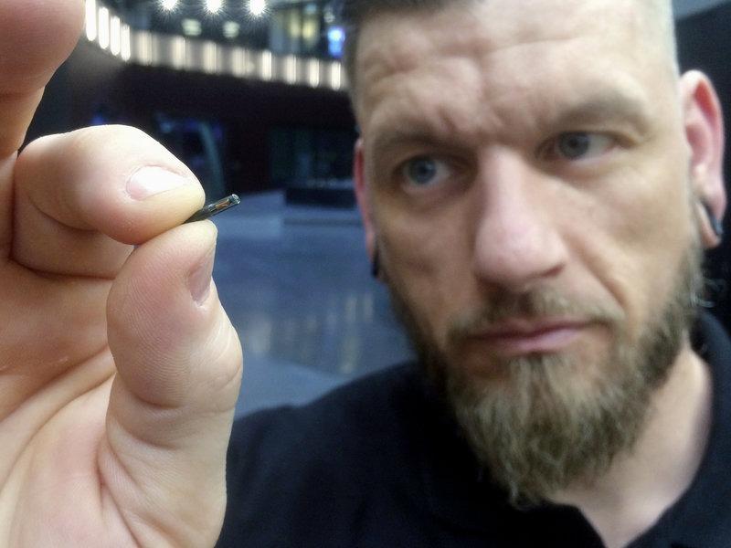 Jowan Osterlund, Nhà sáng lập kiêm CEO Biohax International, cầm trên tay con chip do công ty sản xuất, chuyên dùng cấy vào cơ thể cho người Thụy Điển. Ảnh: AP