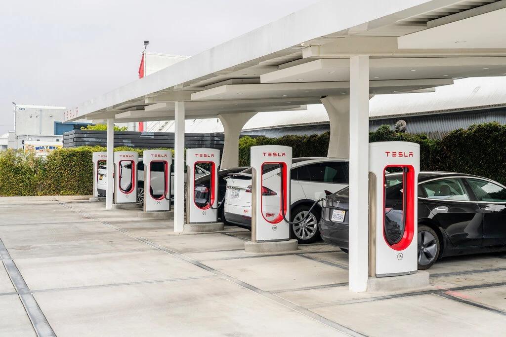 Trạm sạc tại Tesla Design Center, California, Mỹ. Ảnh: NYT