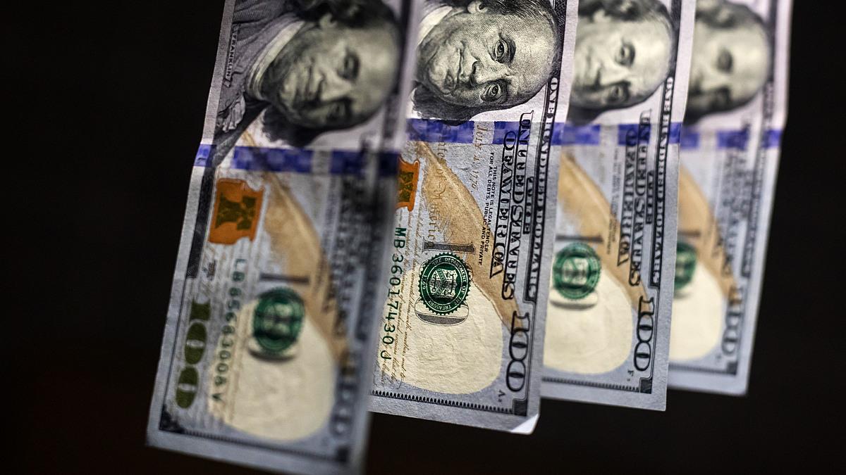 Các tờ 100 USD của Mỹ. Ảnh: Bloomberg