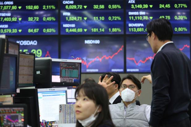 Nhân viên giao dịch tại KEB Hana Bank (Hàn Quốc). Ảnh: AP