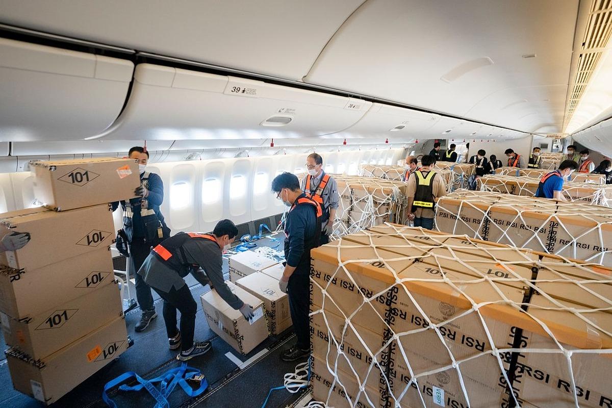 Vận chuyển hàng hóa trong khoang chở khách đã tháo ghế của máy bay Korean Air. Ảnh: Korean Air