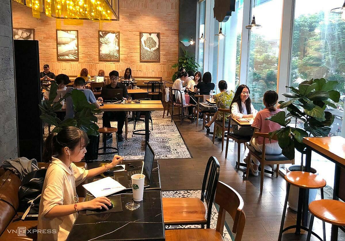 Bên trọng một cửa hàng Phúc Long tại Hà Nội. Ảnh: Tuấn Tú.