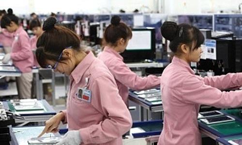 Công nhân làm việc tại nhà máy Samsung ở Việt Nam.Ảnh: AP.