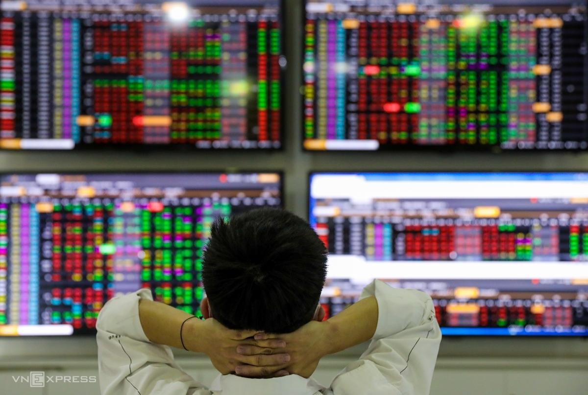 Nhà đầu tư theo dõi bảng giá tại Công ty Chứng khoán VNDirect. Ảnh: Quỳnh Trần.