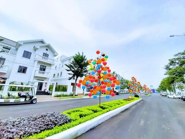 Tuyến đường chính tại khu đô thị Times Garden Vĩnh Yên Residences được trang trí đèn lồng.