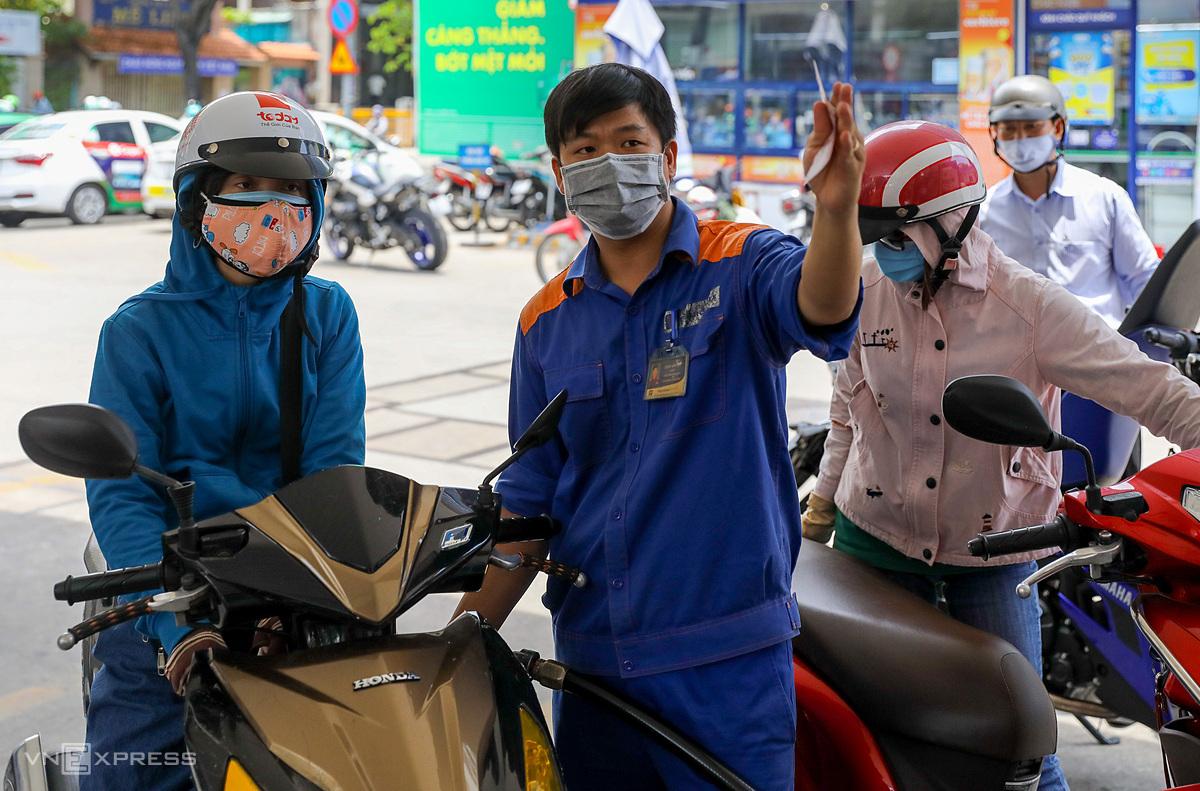 Người dân đổ xăng trên đường Trần Cao Vân, quận 1. Ảnh: Quỳnh Trần.