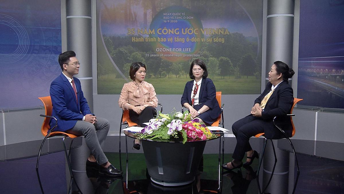Bà Lý Thị Phương Trang - Tổng giám đốc Daikin Vietnam (ngoài cùng bên phải) trao đổi tại tọa đàm Hành trình bảo vệ tầng ozone vì sự sống. Ảnh: Daikin Việt Nam.