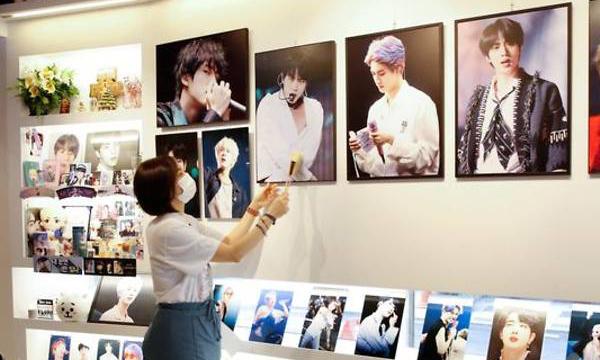 Quán cafe của Kim Eun-Hee nơi trưng bày các tranh ảnh, đồ chơi liên quan BTS. Ảnh: Reuters.