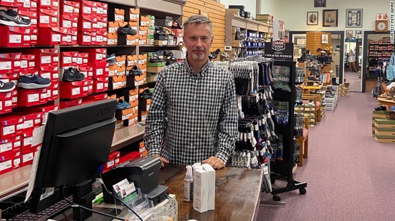 Ngay từ thời điểm bắt đầu đại dịch, Peter Gimre,  chủ shop giày Gimres Shoes không nghĩ rằng mình có thể tồn tại quá vài tháng.