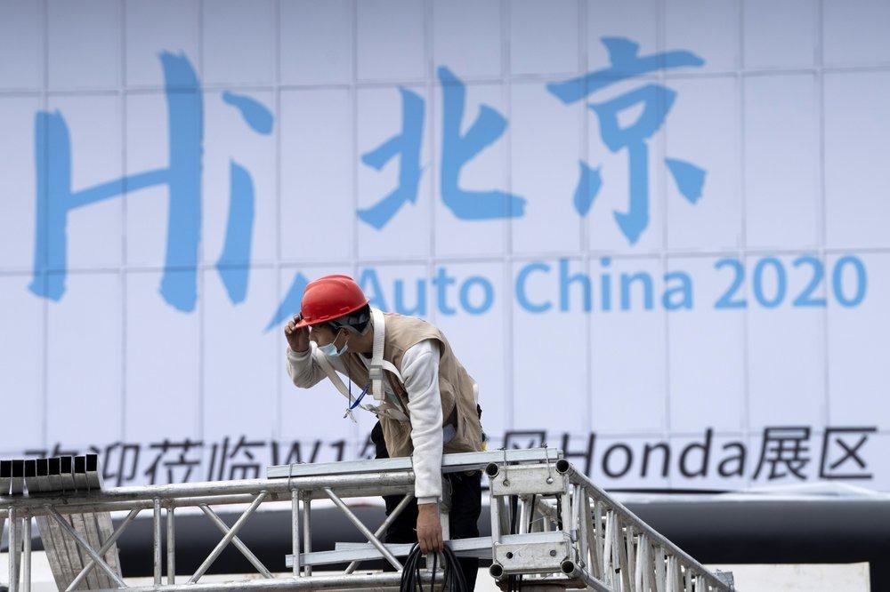 Một công nhân chuẩn làm việc ngày 24/9, để chuẩn bị cho triển lãm ôtô Bắc Kinh. Ảnh: AP.