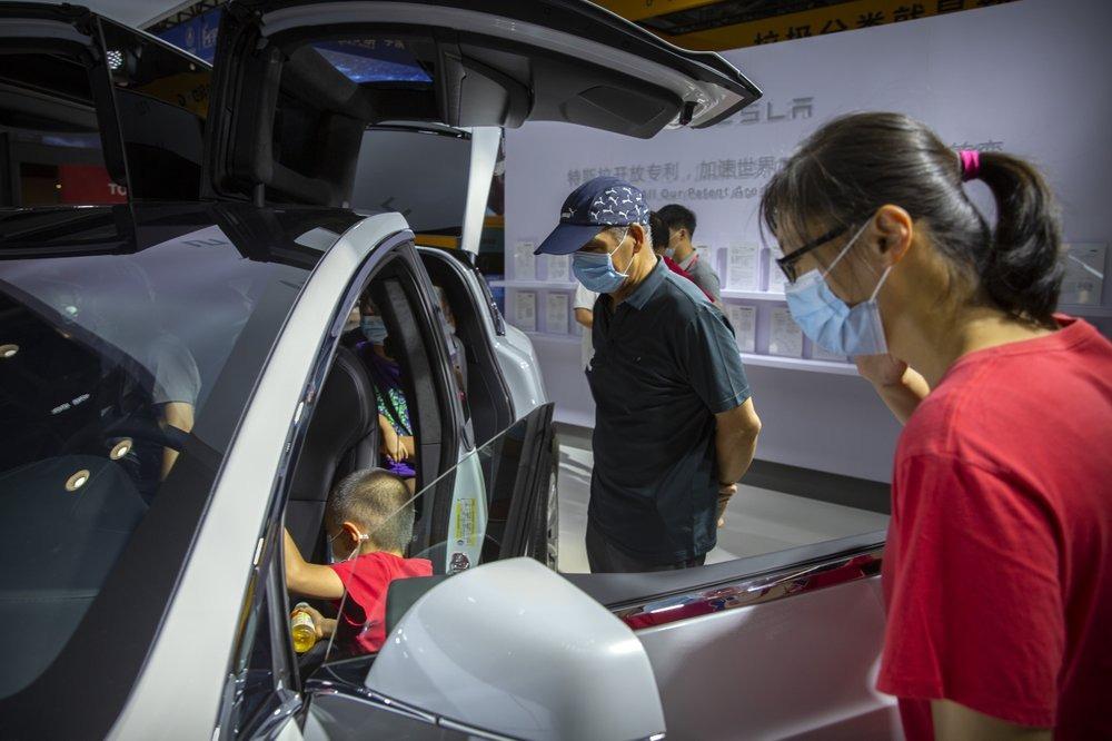 Khách hàng xem xe tại triển lãm ô tô Bắc Kinh hôm 25/9. Ảnh: AP