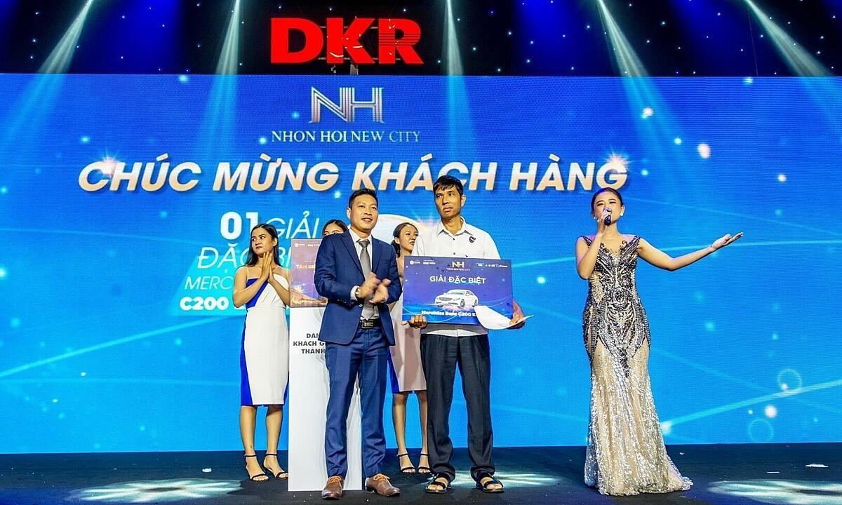 Tập đoàn Danh Khôi trao giải đặc biệt cho khách hàng may mắn khi mua sản phẩm của dự án Nhơn Hội New City - Phân khu 2. Ảnh: Danh Khôi.
