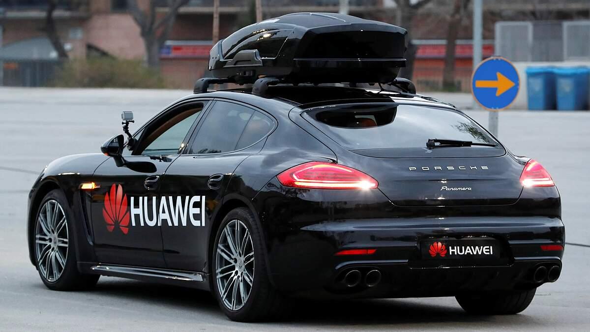 Một chiếc Porsche Panamera điều khiển bởi Huawei Mate 10 Pro tại Mobile World Congress 2018 ở Barcelona, Tây Ban Nha. Ảnh: Reuters.