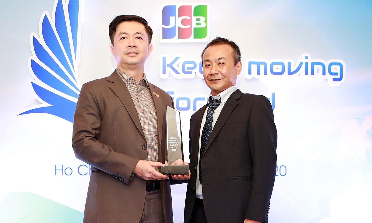 Đại diện JCB trao kỷ niệm chương giải thưởng cho đại diện Sacombank. Ảnh: Sacombank.