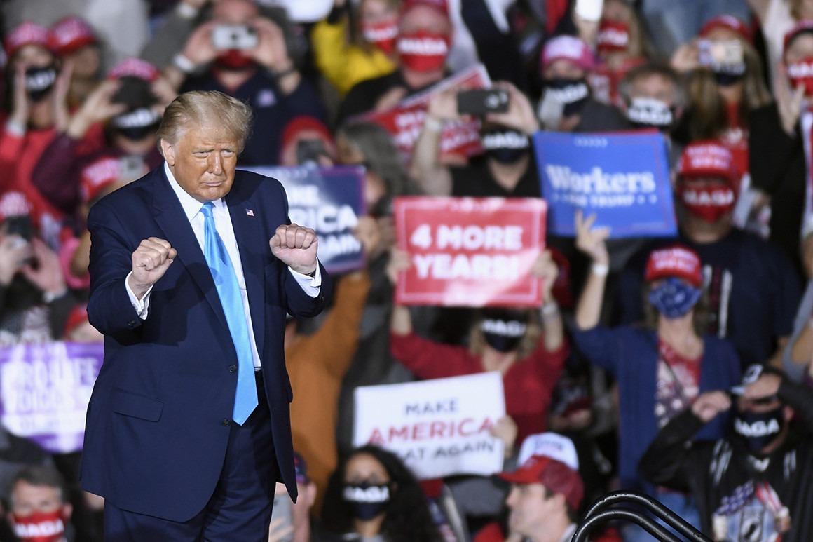 Ông Trump và những người ủng hộ trong một buổi vận động tranh cử. Ảnh: AP