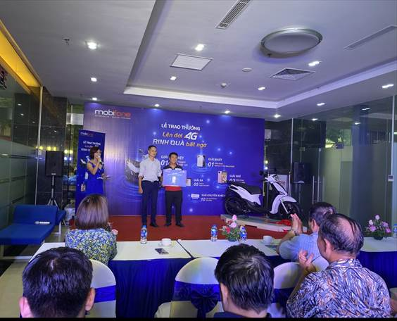 Đại diện của MobiFone đã trao những phần quà có giá trị cho khách hàng trúng giải