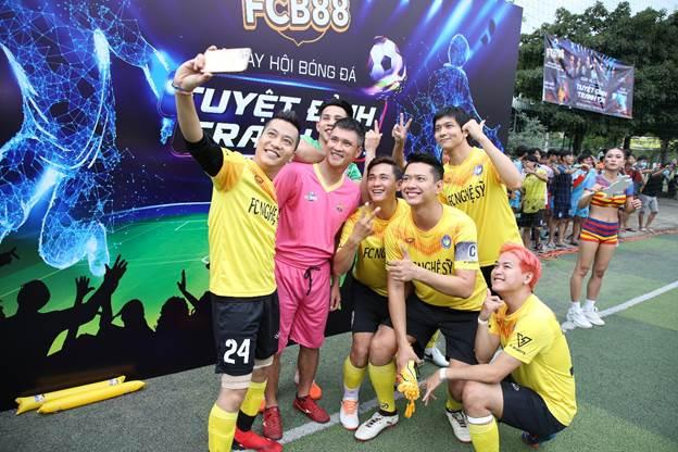 Hơn 400 Culé tại Sài Gòn đã có cơ hội chứng kiến cựu tiền đạo Lê Công Vinh cùng với những nghệ sĩ như Hoàng Rapper, siêu mẫu Đức Vĩnh, ca sĩ Tim thi đấu.