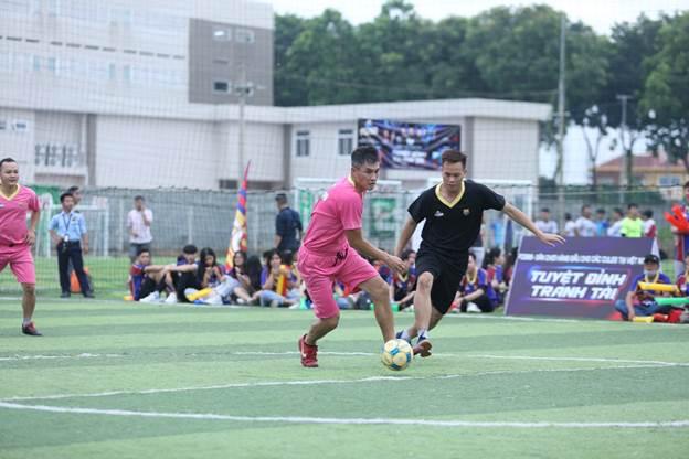 Đội bóng FC Saigon trong trang phục màu đen đã có trận ra quân thành công khi đè bẹp FCB88 với tỉ số 5-2. FCB88 dù sở hữu trong đội hình tiền đạo của đội tuyển Việt Nam là Lê Công Vinh nhưng không thể gây khó khăn cho FC Saigon. Trong cặp đấu còn lại, đội chủ nhà FCB Saigon có chiến thắng vất vả trước FC nghệ sĩ. Sở hữu những cái tên đình đám như Hoàng Rapper, siêu mẫu Đức Vĩnh, ca sĩ Tim cùng một màu áo vàng nổi bật nhưng FC nghệ sĩ không khuất phục được những cules đại diện cho khu vực TP HCM.