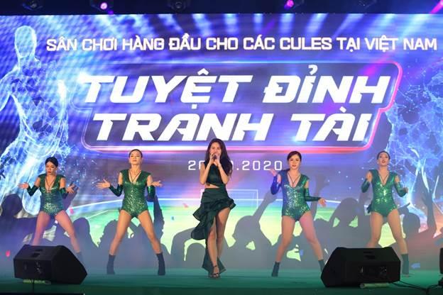 Sau buổi giao lưu, những người hâm mộ Barca tại Việt Nam tiếp tục tận hưởng bữa tiệc âm nhạc sôi động với những ca sĩ nổi tiếng như BigDaddy, Thủy Tiên, MLee...