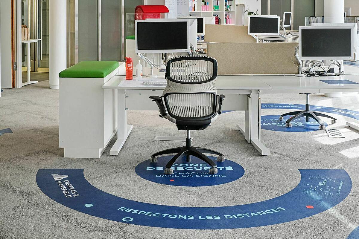 Văn phòng 6 feet, một mô hình mới được sinh ra sau Covid-19, với không gian được thiết kế giúp người dùng giữ khoảng cách với nhau 2 m để giãn cách xã hội. Ảnh: Cushman&Wakefield.