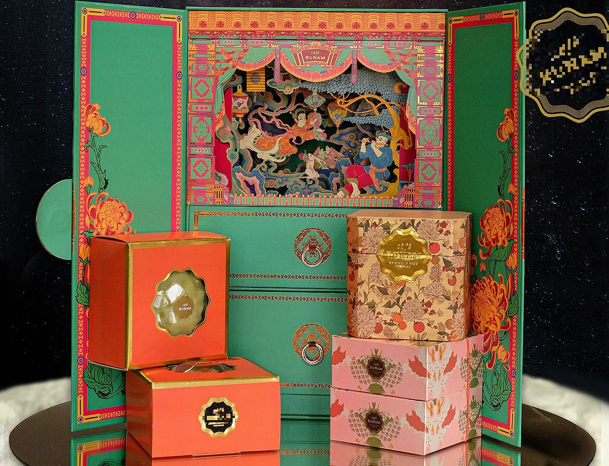 Bên trong một tú bánh bằng gỗ, dát vàng có giá 9,5 triệu đồng. Ảnh: RuNam.