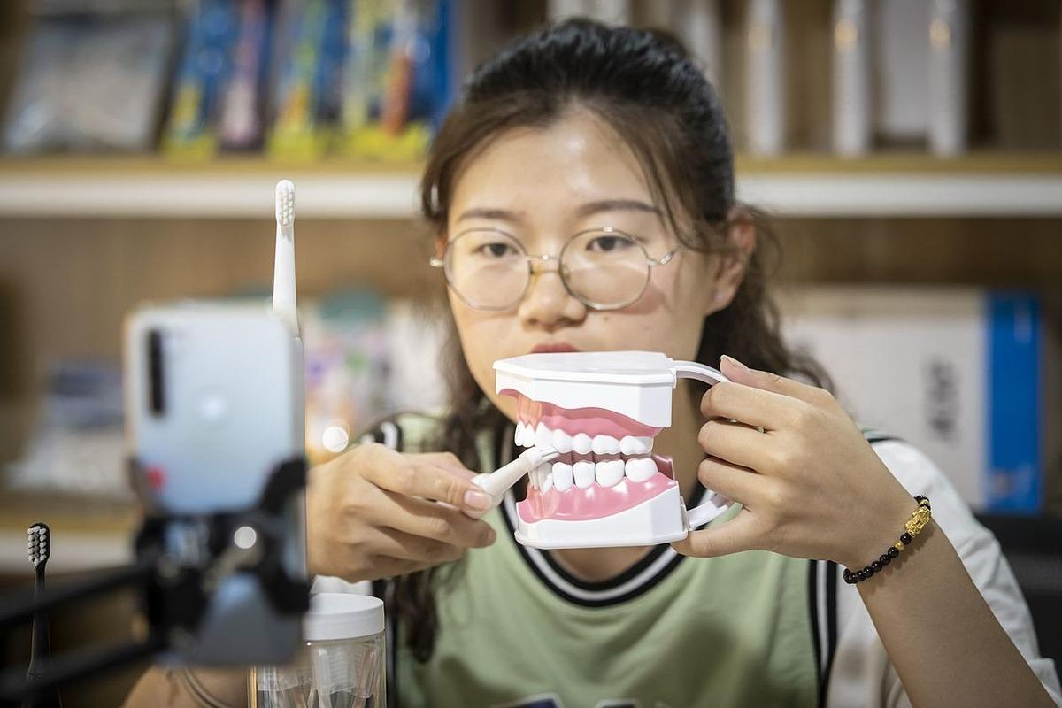 Một nhân viên trình diễn sản phẩm trong buổi livestream vào tháng 9 tại một nhà máy sản xuất bàn chải đánh răng ở Dương Châu, Trung Quốc. Ảnh: Bloomberg
