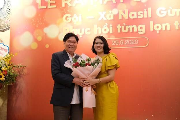 Bà Đỗ Thị Nhàn, Giám đốc Hevina tặng hoa tri ân tiến sỹ, thầy thuốc ưu tú Phạm Hưng Củng, cố vấn khoa học của thương hiệu.