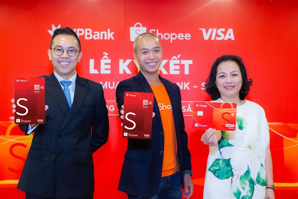Đại diện ba đơn vị VPBank, Shopee và Visa trong buổi ra mắt sản phẩm.
