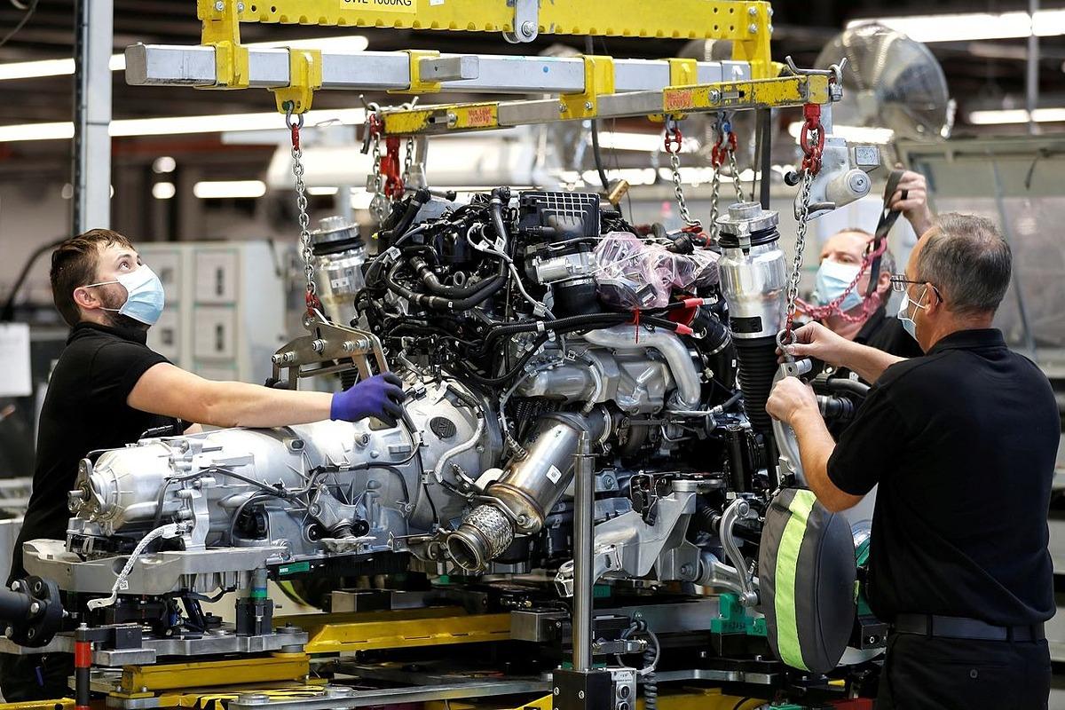 Sản xuất tại một nhà máy của Rolls-Royce gần Chichester, Anh. Ảnh: Reuters