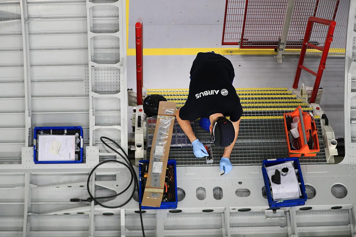 Một công nhân Airbus trong dây chuyền sản xuất máy bay A320. Ảnh: Bloomberg.